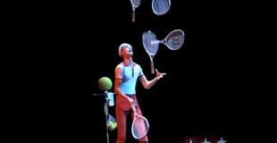 Jongleur avec balles et raquettes de tennis