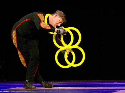 Artiste de cirque jonglage lumi re noire - Image jongleur cirque ...