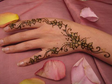 Tatoueuse au henn ya l - Dessin henne main facile ...