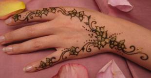 Tatoueuse au henné