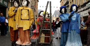 Déambulation par trois comédiens-marionnettistes
