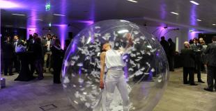 Faux serveurs et danse dans une bulle pour animer un déjeuner (02)