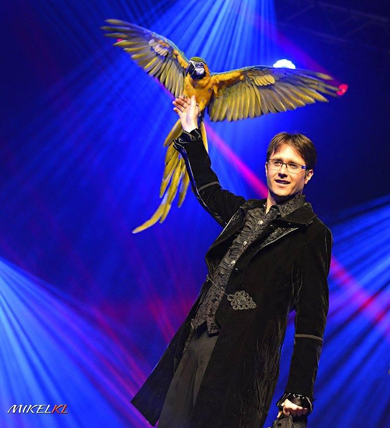 Magicien et perroquet